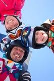 Esquí, diversión del invierno - esquiadores que disfrutan de días de fiesta del esquí Imágenes de archivo libres de regalías