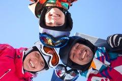 Esquí, diversión del invierno - esquiadores que disfrutan de días de fiesta del esquí Fotos de archivo