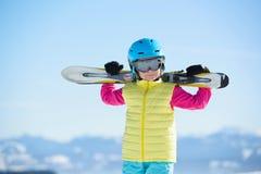 Esquí, diversión del invierno, - muchacha bonita del esquiador que disfruta de día de fiesta del esquí Foto de archivo libre de regalías