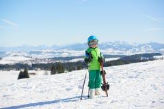Esquí, diversión del invierno, - muchacho feliz del esquiador que disfruta de día de fiesta del esquí en Foto de archivo libre de regalías
