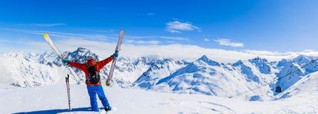 Esquí en la estación, las montañas y el esquí del invierno viajando a los equipos en el th imagenes de archivo