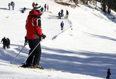 Esquí en las montañas Imágenes de archivo libres de regalías