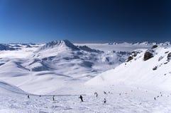 Esquí en las montañas Fotos de archivo libres de regalías