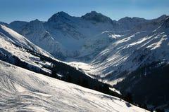 Esquí en las montañas suizas fotos de archivo