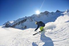 Esquí en nieve fresca en el día asoleado de la estación del invierno Foto de archivo