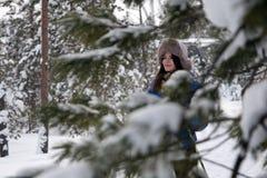 Esquí hermoso de la muchacha en el bosque Fotos de archivo libres de regalías