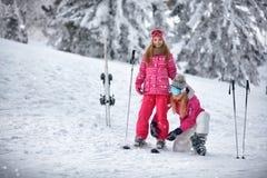 Esquí, invierno, nieve, sol y diversión - mime a preparación para esquiar Foto de archivo libre de regalías