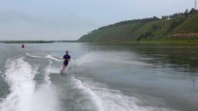 Esquí náutico del hombre en el río almacen de video