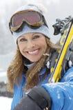 Esquí que lleva de la mujer madura feliz imagenes de archivo