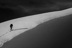 Esquí que va de excursión en la montaña Fotos de archivo
