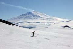 Esquí que viaja en la Antártida imagen de archivo
