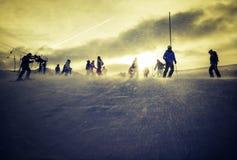 Esquí sobre la hora de oro fotografía de archivo