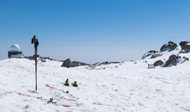 Esquíe en la estación del invierno, montañas de la estación del invierno de las montañas y el equipo de esquí del esquí en funcio Fotos de archivo libres de regalías