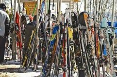 Esquís de la nieve en el centro turístico Imágenes de archivo libres de regalías