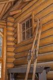 Esquís de la vendimia que se inclinan contra la pared Foto de archivo libre de regalías