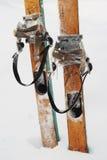 Esquís de madera viejos en la nieve Imagen de archivo libre de regalías