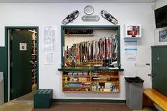 Esquís del campo a través para el alquiler foto de archivo libre de regalías
