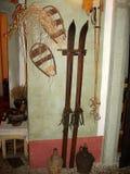 Esquís del vintage en el museo de Gostilna Lectar en la ciudad de Radovljica, Eslovenia fotografía de archivo