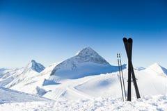 Esquís en altas montañas en el día soleado Foto de archivo libre de regalías
