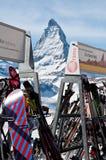 Esquís en el centro turístico con el fondo de Cervino Foto de archivo libre de regalías