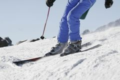 Esquís en la nieve Fotos de archivo