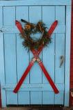 Esquís en la puerta para la Navidad 1 estilo de New Hampshire Imagen de archivo libre de regalías