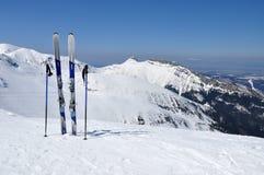 Esquís, polos de esquí y Giewont en las montañas de Tatra Fotos de archivo libres de regalías