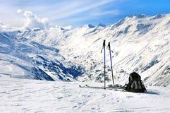 Esquís, polos de esquí y mochila en las montañas Fotos de archivo libres de regalías