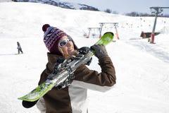 Esquís que llevan de la mujer Imagen de archivo libre de regalías