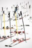 Esquís que parquean, escena nevosa del invierno, al lado de una cuesta del esquí Foto de archivo libre de regalías