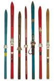 Esquís usados coloridos del vintage aislados en blanco Imagen de archivo libre de regalías