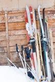 Esquís viejos en la pared de madera Foto de archivo libre de regalías