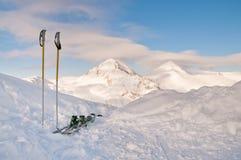 Esquís y pico nevado Imagen de archivo