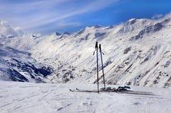 Esquís y polos de esquí en las montañas Imagen de archivo libre de regalías