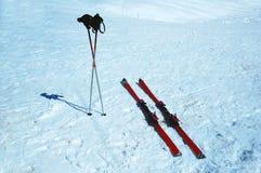 Esquís y postes Foto de archivo libre de regalías