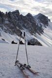 Esquís y postes Imagen de archivo libre de regalías