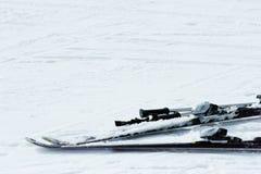 Esquís y postes Fotos de archivo libres de regalías