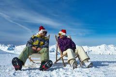 Esquí de Apres en las montañas durante la Navidad Imágenes de archivo libres de regalías