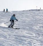 Esquí en las montañas Foto de archivo libre de regalías