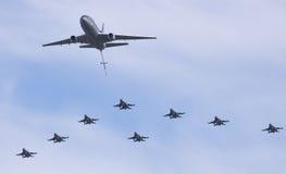 Esquadrão F-16 holandês na formação com um KDC-10 Foto de Stock Royalty Free