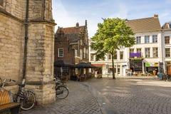 Esquadre ao lado da grande igreja da cidade de breda Países Baixos holandeses fotografia de stock royalty free