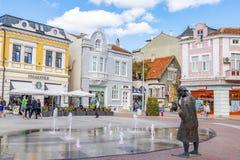Esquadre com as fontes em um dia ensolarado Bulgária Varna 25 09 2018 fotos de stock royalty free