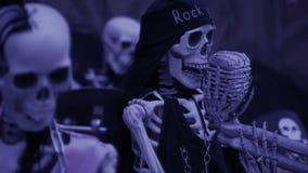 Esqueleto acorrentado o conceito dos fantasmas close up do crânio do Dia das Bruxas vídeos de arquivo