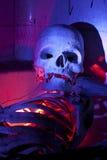 Esqueleto assustador no fim da banheira acima Imagens de Stock Royalty Free