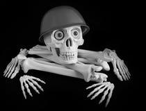 Esqueleto com um capacete do ` s do soldado, crânio nos ossos em um fundo preto Imagens de Stock Royalty Free