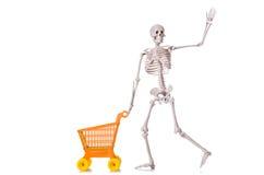Esqueleto con la carretilla del carro de la compra aislada Fotos de archivo libres de regalías