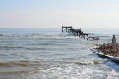 Esqueleto de la plataforma petrolera abandonada Foto de archivo