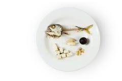 Esqueleto de los pescados en la placa fotografía de archivo