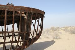 Esqueleto de um barco oxidado no mar de Aral Imagem de Stock Royalty Free