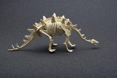 Esqueleto do stegosaurus da vista lateral no fundo escuro Fotos de Stock